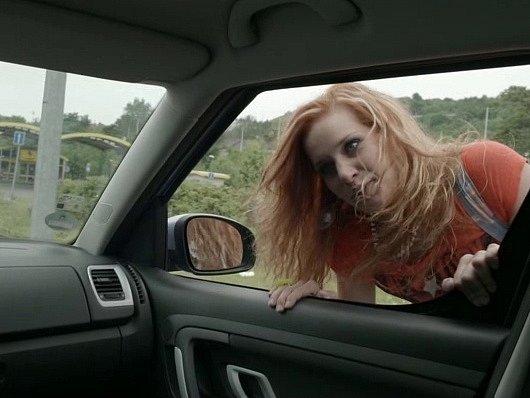 Stopařka prosí řidiče, aby ji vzal do Českých Budějovic. Ten jí odpovídá, že právě tam jede.