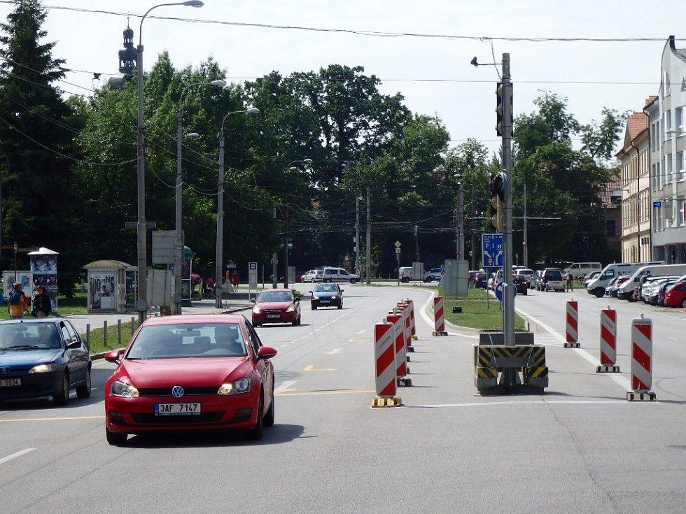 Kvůli opravám části Husovy ulice vznikla nová světelná křižovatka.