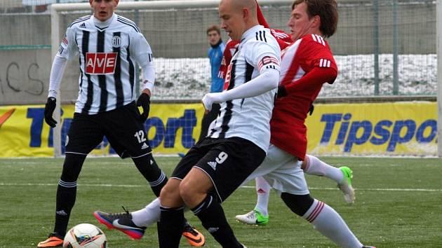 V lednové Tipsport lize hrálo Dynamo na Žižkově 1:1 (Pavla Haška atakuje žižkovský Redzepi, vlevo Jan Hála), jak dopadne páteční předjarní generálka na Střeleckém ostrově?