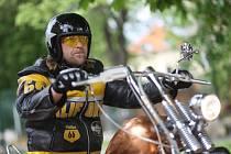 Zpěvák skupiny Krucipüsk Tomáš Hájíček hraje hlavní roli v novém českém filmu Burácení. Režisér Adolf Zika, rodák z Prachatic, v něm mísí detektivku, motorkářskou road movie a thriller. Na snímku na motorce Zlaťák, která vznikla přímo pro film.