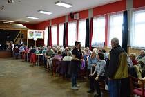 Senioři si užili sobotní odpolední program v kulturním sále v Ločenicích.