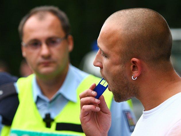Na ilustračním snímku je kontrola řidiče za pomoci drogového testeru.
