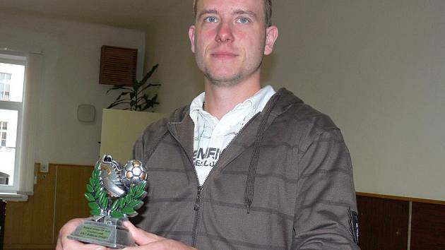 Dolnobukovský útočník Lukáš Chochol převzal trofej pro nejlepšího střelce okresního přeboru. Dal stejně branek jako Harant z Loko ČB B, ten však na aktivu chyběl.