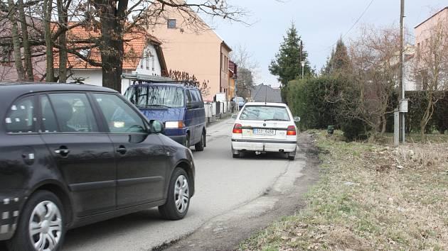 Čtyři metry šikorá silnice je ve velice špatném stavu.
