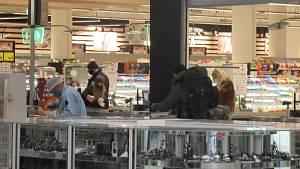 Nedělní nákupní horečka: Lidé okupují čerpací stanice i jediný otevřený obchoďák
