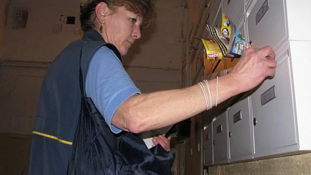 Jaroslava Pašková doručuje poštu v centru Českých Budějovic. Samotné roznášení jí zabere zhruba tři a půl hodiny, předchází mu ale dlouhá příprava.
