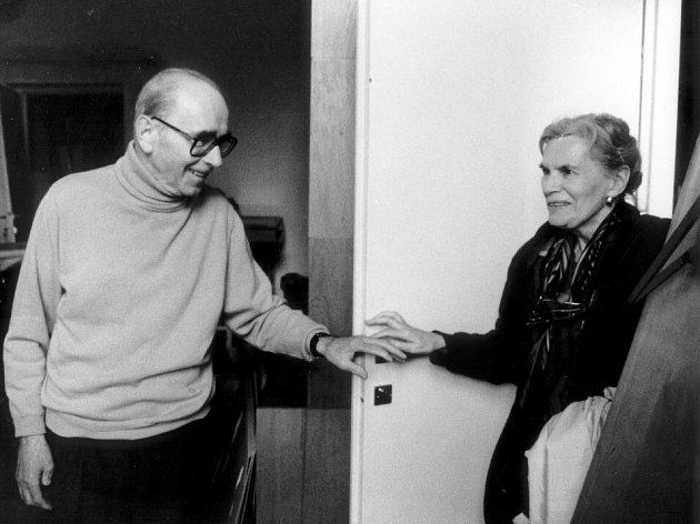 Před sto lety, 24. září 1914, se narodil výtvarník, básník a překladatel Jiří Kolář. Na snímku s maželkou Bělou.