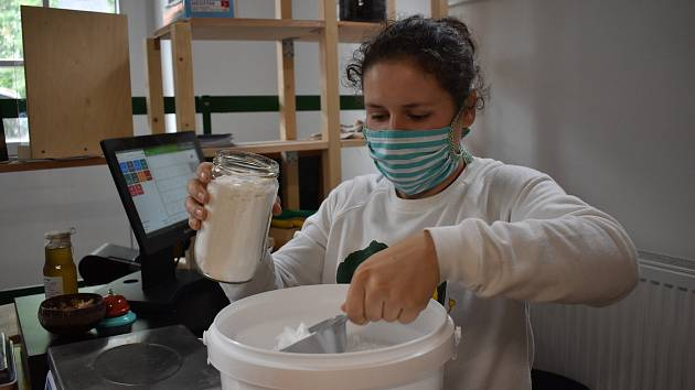 Krámky, které nabízejí bezobalové produkty to měly během stavu nouze složitější. Jejich zákazníků ubylo a nařízení na hygienu byla přísnější.