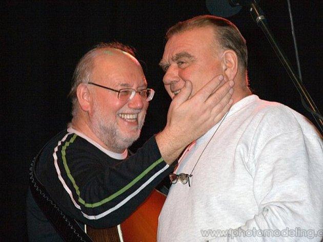 BRATŘI NEDVĚDOVÉ V OBJETÍ. Po několikaletých problémech mezi Janem a Františkem se oba opět usmířili a vystoupí společně na pátečním koncertu v Třeboni.