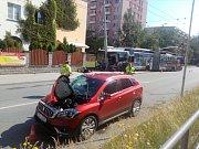 V pondělí ráno se na českobudějovickém sídlišti Máj střetl trolejbus s osobním autem.