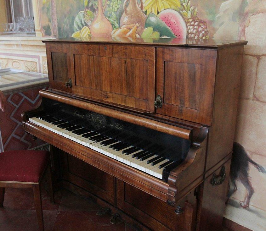 V Netolicích na Prachaticku se rozjíždí nová kulturní kavárna Café Harlequin. Na snímku klavír z 19. století, jedna z ozdob kavárny.