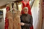 Při navrhování šatů se používají průhledné a třpytivé materiály. Ženy by se neměly bát odhalit záda.
