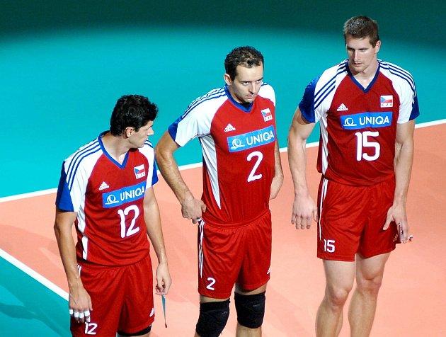 Jiří Popelka (uprostřed) ještě jako hráč reprezentace s Veselým a Štokrem