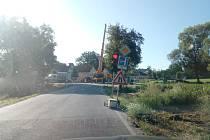 U Plavu nyní řídí provoz semafory. Staví se nový mostek.