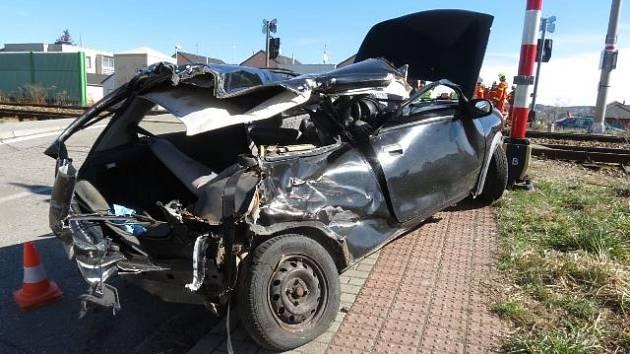 Oslnění sluncem zřejmě sehrálo roli při závažné nehodě, která se ve čtvrtek dopoledne stala na přejezdu v ulici L. Kuby.