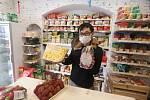Specializovaná asijská prodejna v Kněžské ulici v Českých Budějovicích je otevřena od úterý a má 580 druhů nejrůznějších asijských specialit, na snímcích vedoucí Šon Chung.