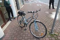 Cyklistka v Českých Budějovicích narazila do otevírajících se dveří auta. Utrpěla zranění.