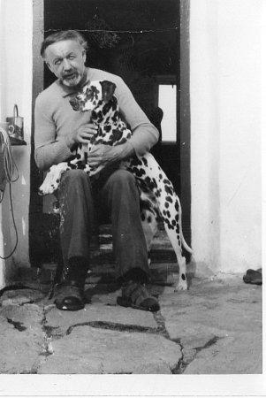 Spisovatel Věroslav Mertl vroce 1979na chalupě vRadosticích se psem Majkem.