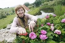 Irena Kovářová na své zahradě v Rudolfově.