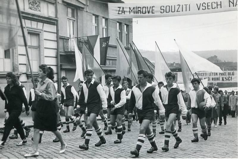 1. máj 1961. Průvod směřuje od železného mostu na Horní Brašov a odtud dále na náměstí.