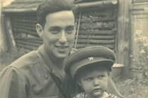 Americký voják Jack Kasofsky přilnul při osvobozování země k rodině Šustrových z Netolic. Na snímku je Jack s tehdy dvouletou Annou Šustrovou, dnes Kneiflovou.