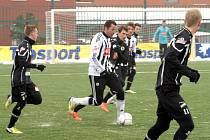Jan Riegel v zápase s Hradcem vyváží míč z obrany.