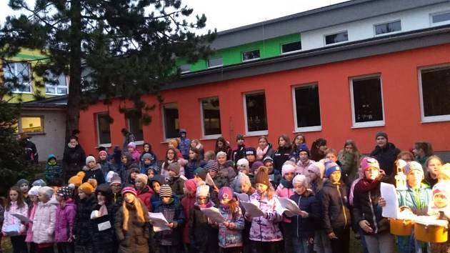 Děti a rodiče v ZŠ Ševětín na jarmarku.