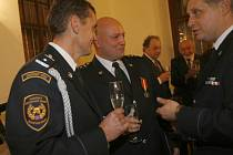 Jihočeští hasiči Drahomír Malý (vlevo)  a Roman Pudivítr (uprostřed) při pátečním slavnostním večeru.