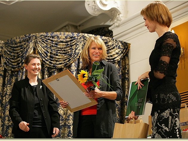 Cenu Ministerstva životního prostředí předala náměstkyně ministra Rut Bízková (vlevo)  Aleně Činčerové za dokument Sedláci, který mapuje tmavá místa paměti české historie.