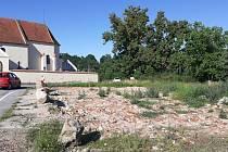 Už loni ke konci roku zbourali v Dolních Slověnicích faru. Do budoucna zde chtějí zbourat i trojici mostů, na jejich místě vyrostou mosty nové, širší.