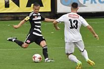 Jakub Pešek dal v zápase Dynama s Ústím (2:0) první gól vítězů (na snímku ho atakuje Gilian).