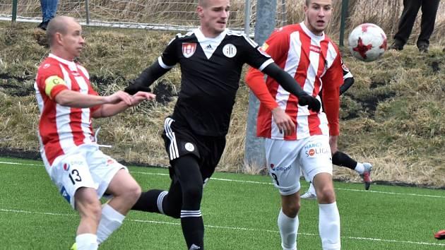 Nový muž Dynama Lazar Sajčič v zápase se Žižkovem uniká Haškovi a Marešovi. V sobotu hraje Dynamo v Mladé Boleslavi a Táborsko v Teplicích.