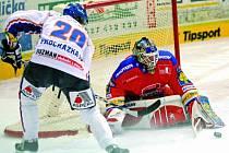 Brankáře Romana Turka v pátečním utkání hokejové extraligy v českobudějovické Budvar aréně kladenský Martin Procházka nepřekonal ani z této velké šance.