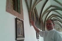 Tady byla fortna nebo vrátnice, ukazuje v křížové chodbě neboli v ambitu farář David Henzl, který chce, aby se  klášter opět stal centrem vzdělanosti. On sám  sedm let studoval liturgii v Itálii.