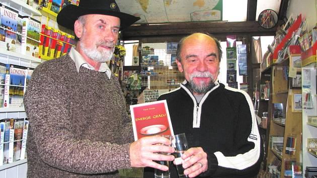 Pavel Kozák (vpravo) a Marcel Götz dlouho spolupracují. Na novou knihu si symbolicky připili čistou vodou.