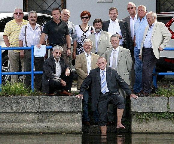 Po deseti letech se setkali členové krizového štábu z povodní v roce 2002. Na pozvání tehdejšího hejtmana Jihočeského kraje Jana Zahradníka (v popředí).