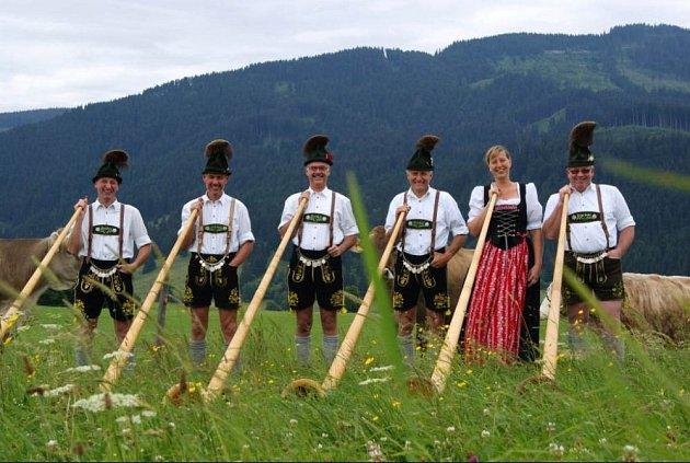 Za humny je přehlídka alpských rohů.