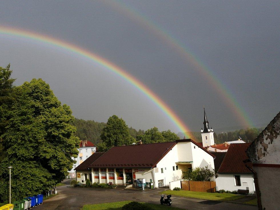 Už v pátek se objevila dvojitá duha v Rožmitálu na Šumavě.