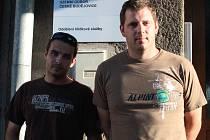 Policisté Petr Pořádek (vlevo) a Michal Hájek z hlídkové služby zachránili muže, který chtěl skočit z mostu.