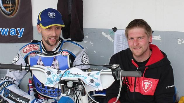 Zdeněk Simota (vlevo) se svým mechanikem Janem Holubem nejmladším.