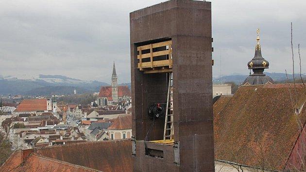 Věž roste.