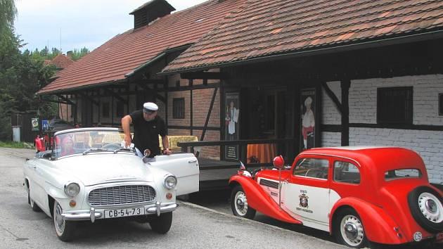 Padesátka vozů Škoda Felicia, vyrobených v šedesátých letech, se zastavila i v Jílovicích. Ve svém veteránu se vezl i Emil Ruděj s manželkou.