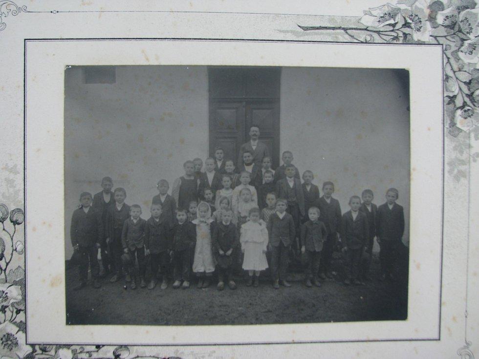 Nejstarší fotografie libínských žáků s jejich učitelem  Antonínem Šimečkem z roku 1912.