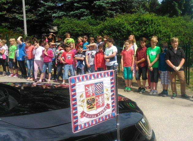 Prezidenta ve Větřní vítají iděti zmístní základní školy.