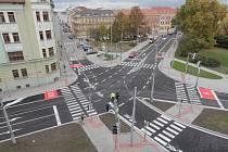 Opravená křižovatka ulic Žižkova, Novohradská a Jeronýmova se otevírá řidičům. Ti ve směru od Nádražní přišli o část jednoho jízdního pruhu, která je nově vyhrazena vozům MHD. V oblasti také přibyly tři zastávky MHD.