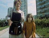 Otavská ulice na sídlišti v Písku. Zdena Hadrbolcová a Žaneta Fuchsová jdou na nákupy. Záběr je snímaný od bývalé pošty U Racka.