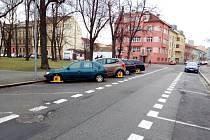 Městská policie už v Českých Budějovicích zahájila kontroly v nových parkovacích zónách. Na snímku vozidla bez zaplaceného stání na Palackého náměstí. Ilustrační foto.