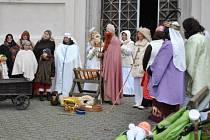 Fotografie ze zkoušky představení živého betlému zachycuje členy spolku Děti Dobré Vody.