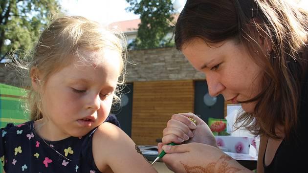 Zkrášlit se ornamenty na kůži, nakreslenými hennou, se nechaly některé děti i rodiče.