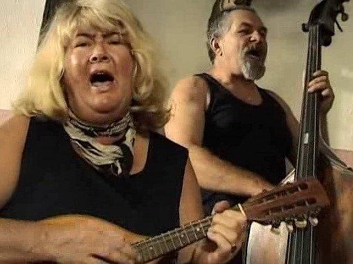 Manželé Vojtíškovi, Helena a Milan, hráli filmařům trampské písničky na basu a mandolínu vmalšínské hospodě.